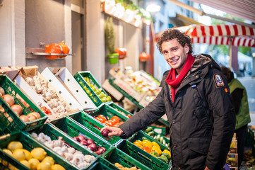 Junger Mann einkaufen Obst Gemüse Diät Gesund Model
