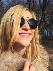 Frau mit Brille lächelt