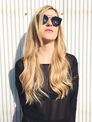 Frau mit langen Haaren und Sonnenbrille