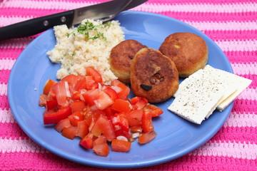 Köfte mit Salat und Bulgur