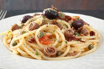 pasta spaghetti con acciughe olive e capperi