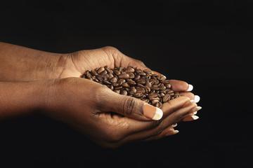 Ingelijste posters koffiebar femme noire tenant café en grains