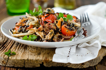 Photo sur Plexiglas Coquillage Wild rice with seafood and vegetables