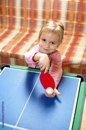petite fille jouant ping pong tennis de table immagini e fotografie royalty free su fotolia. Black Bedroom Furniture Sets. Home Design Ideas