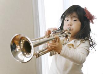 トランペットを吹く女の子