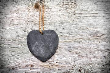 Steinherz auf Holzwand