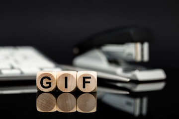 GIF - Würfel vor Büromaterial