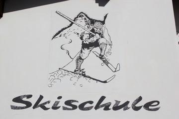 Bild eines Skifahrers auf der Wand einer Skischule