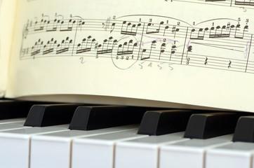Klaviertasten mit Noten