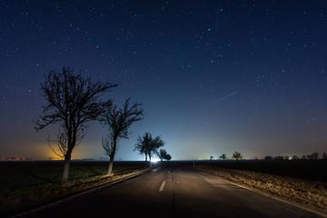 Nachthimmel über einer Straße im Harz, Sachsen-Anhalt