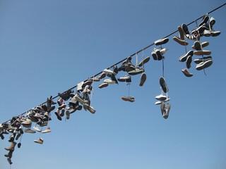 Обувь туристов на веревке
