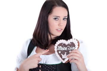 Junge Frau ist eine Diva und zeigt das mit einem Lebkuchenherz