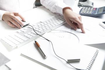 Frau arbeitet am Schreibtisch, Tastatur und Computermaus