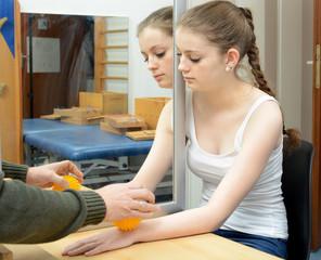 Ergotherapie mit Spiegeltherapie und Igelball