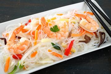 insalata spaghetti di riso con gamberi e verdure