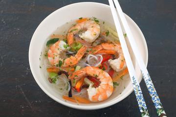 cibo asiatico zuppa con gamberi