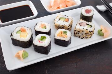 sushi makis assortito sfondo grigio