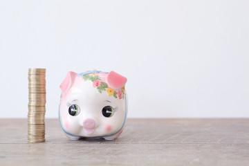 500円タワーと子豚