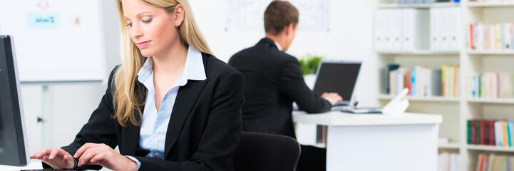 konzentriert am computer arbeiten