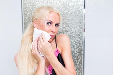 Blonde Frau im Bad