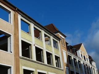 Häuserfront eines sanierungsbedürftigen Altbaukomplexes