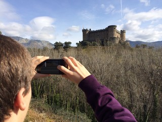 niño fotografiando un castillo