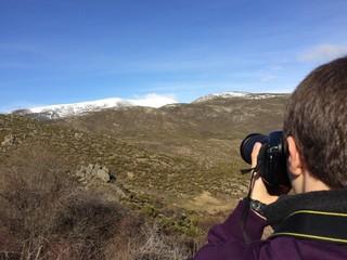 niño fotogragiando las montañas nevadas de Gredos