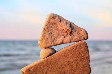 Balancing of round pebble
