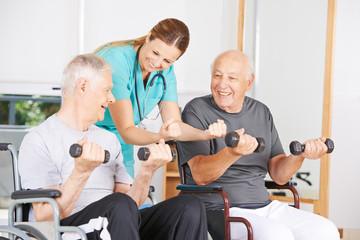 Senioren im Rollstuhl beim Fitnesstraining