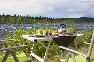 Campingfrühstück am Fluß