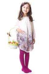 bambina con cestino di pasqua