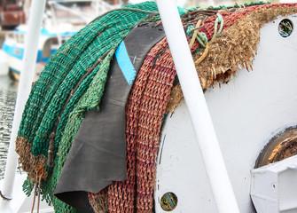 Tourets de chalutier et filets enroulés prets pour une sortie