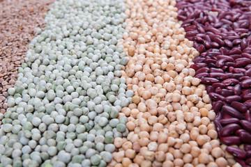 Reihen mit rohen Hülsenfrüchten, Bohnen, Erbsen, Linsen