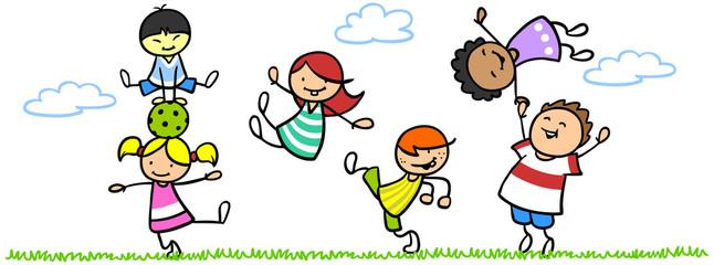 Lachende Kinder in Bewegung in der Natur