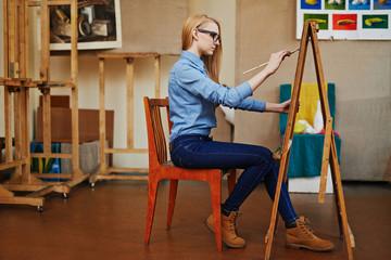 Девушка художник