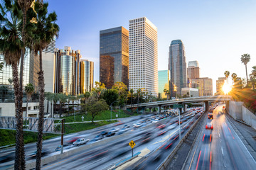Spoed Fotobehang Los Angeles Los Angeles highway commuter traffic downtown skyline