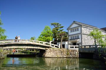 倉敷美観地区を観光するシニア夫婦