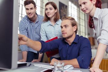 studenten schauen zusammen auf computer-bildschirm