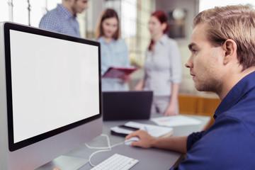 mann schaut konzentriert auf computer