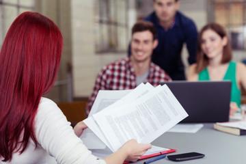 junges team in einer besprechung am schreibtisch