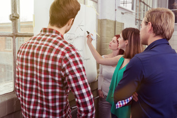 junges team entwickelt ideen am chart