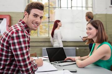 motiviertes junges team arbeitet zusammen