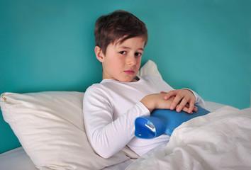 Kind mit Wärmflasche