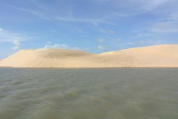 Sanddünen am Fluss in Maranhao