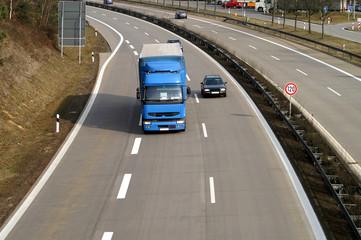 Fototapete - PKW überholt LKW