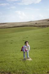 Niña posando feliz en el campo