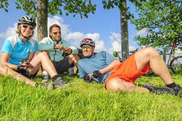Fototapete - Drei Radler relaxen in der Wiese