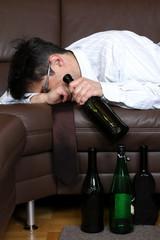 alkoholkranker businessman liegt auf Sofa,Rausch