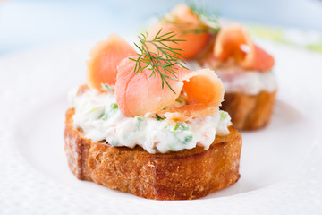 Photo sur Plexiglas Entree Canapes with smoked salmon and cream cheese