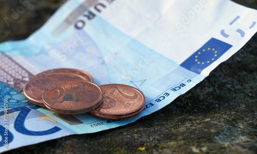 20 Euro Schein Mit 2 Cent Münzen Stockfotos Und Lizenzfreie Bilder